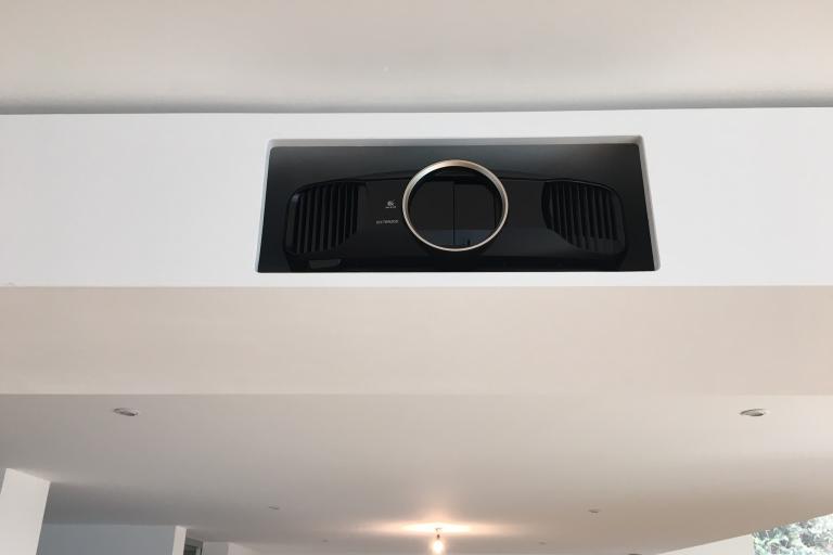 Epson Projektor in der abgehängten Decke versteckt