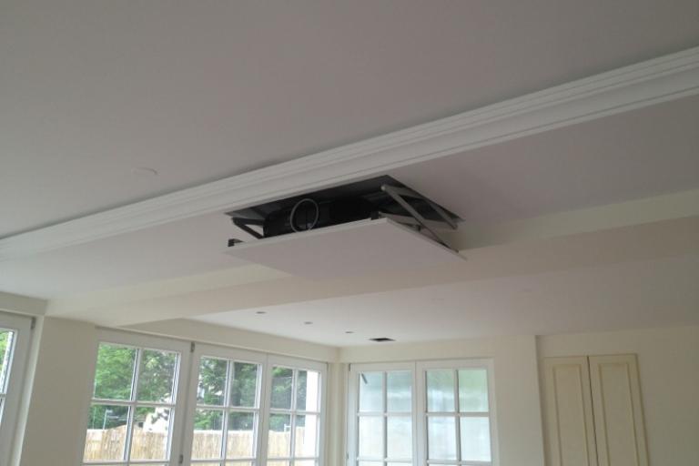 Epson Projektor mit einem Beamerlift in der abgehängten Decke versteckt