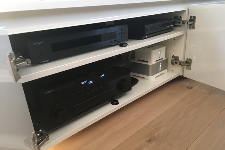 Yamaha AV-Receiver, OPPO BluRay-Player und Sonos im Lowboard versteckt
