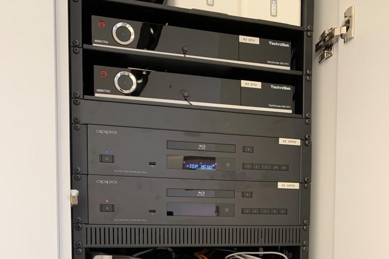 Die Technik für mehrere Konferenzräume im Multimediaschrank versteckt