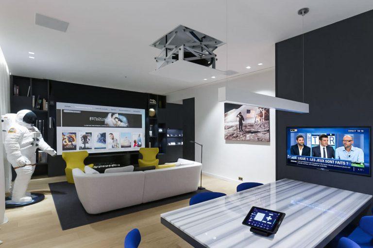 Heimkinosystem mit einem Beamer-Lift, iPad Steuerung und einem Fernseher (Bildmaterial: ©Future Automation)