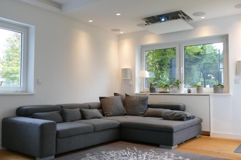 Heimkino Installation im Wohnraum mit einem 7.2.2 Lautsprechersystem