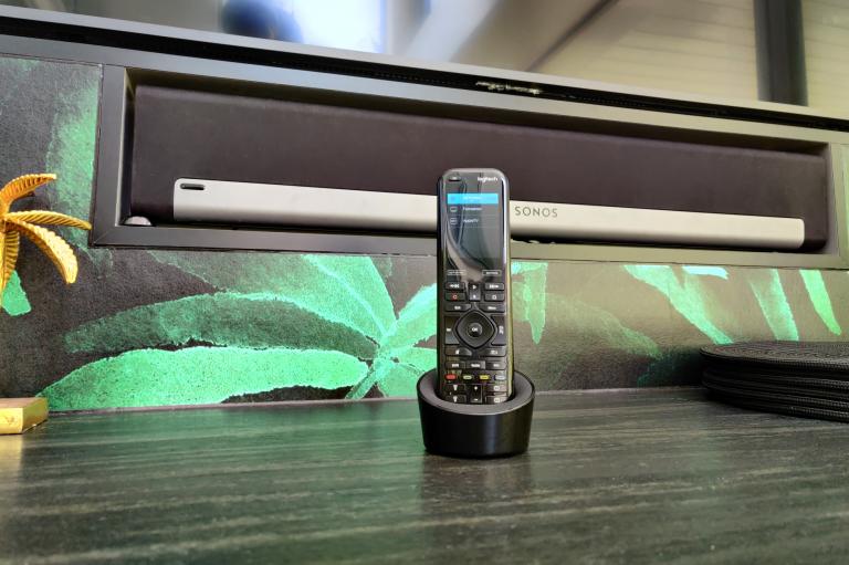 Logitech Elite Universalfernbedienung steuert einen Samsung The Frame GQ65LS03TAUXZG und eine Sonos Playbar