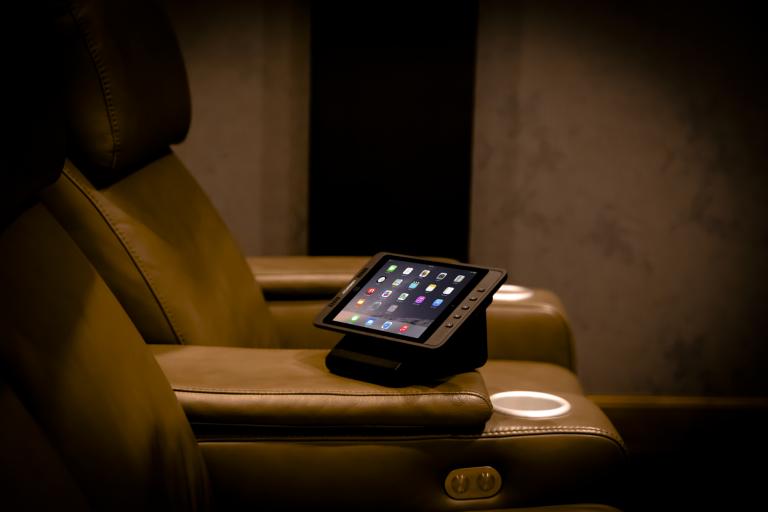 Steuerung eines Heimkinos mit einem Apple iPad (Bildmaterial: ©Launchport)