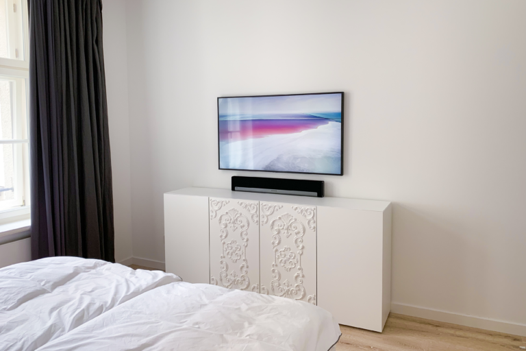 Samsung The Frame GQ65LS03TAUXZG und Sonos Playbar im Schlafzimmer unsichtbar integriert