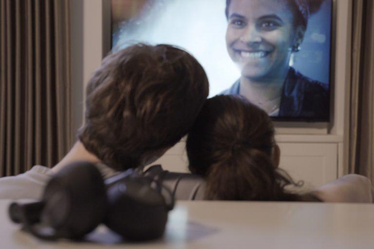 Samsung Fernseher im Schlafzimmer, gesteuert durch einen TV-Lift