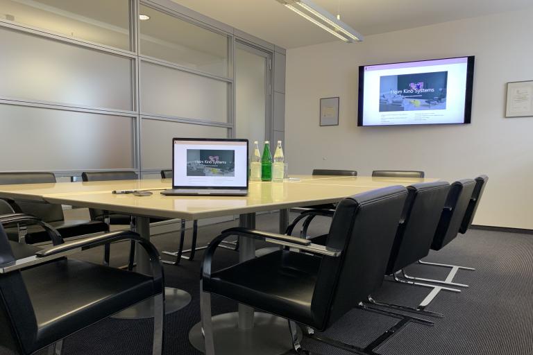 HeimKinoSystems Kundeninstallation in einem Konferenzraum, Bildschirmübertragung auf Knopfdruck durch Barco Clickshare
