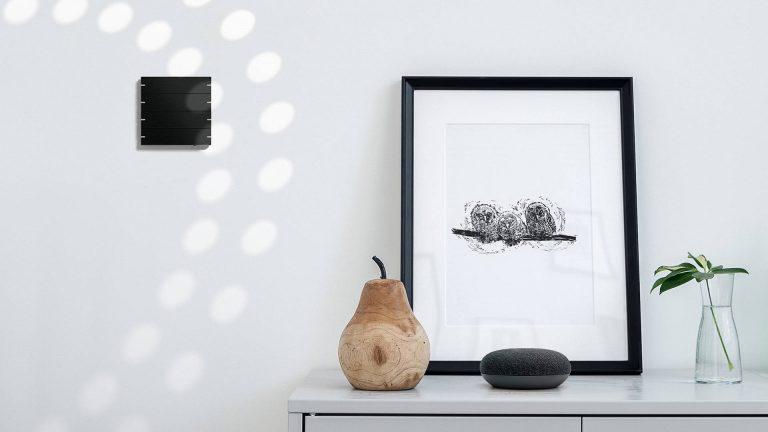Gira Zentraleinheit mit einem Amazon Alexa Dot zur Smarthome Haussteuerung (Bildmaterial: ©Gira)