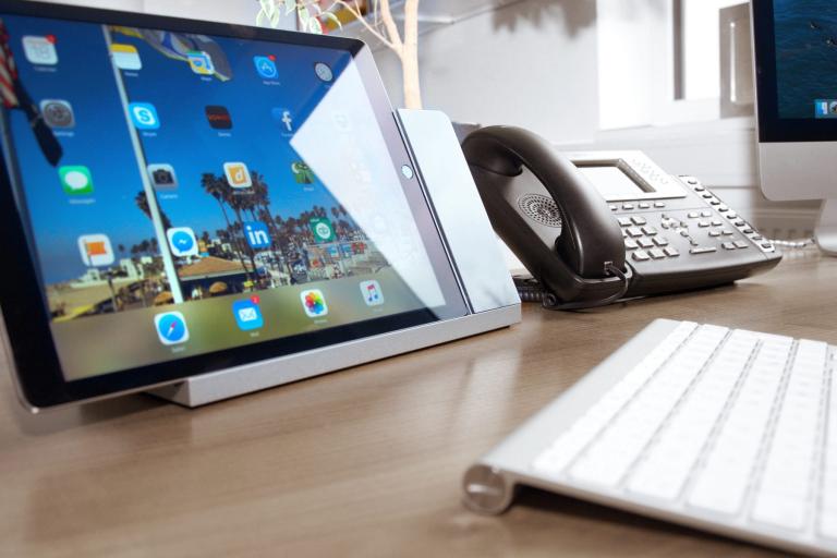 Montagemöglichkeit Tischständer eines Apple iPads für das Büro oder die Konferenztechnik (Bildmaterial: ©LaunchPort)