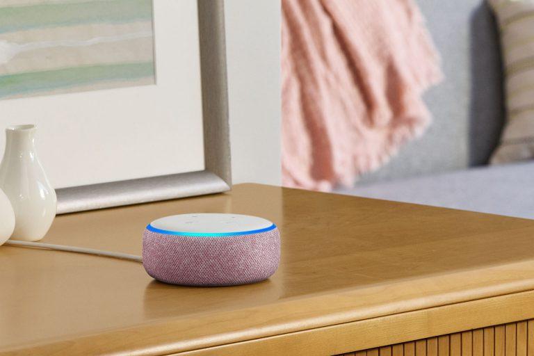 Amazon Echo Dot in rosa für die Sprachsteuerung des Smarthomes (Bildmaterial: ©Amazon)
