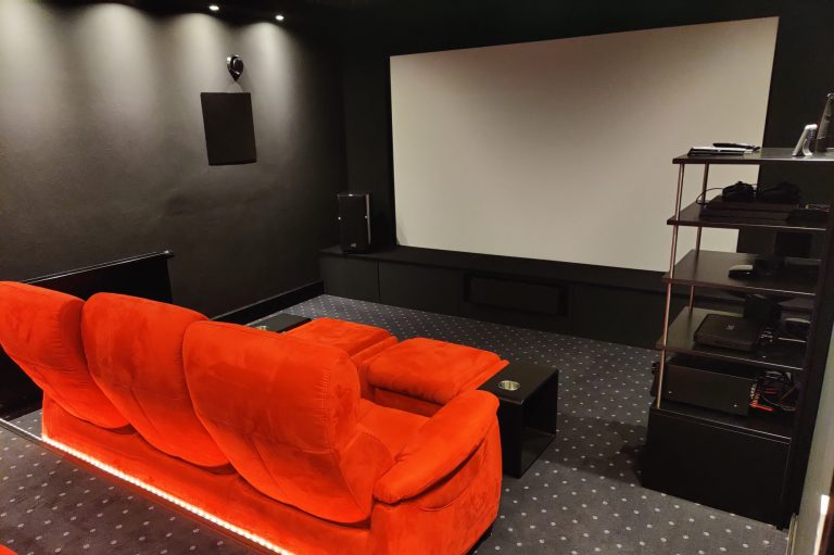 Heimkinoinstallation mit einer Universalsteuerung, Lichtersteuerung und einem 5.1 Surround Sound Lautsprechersystem